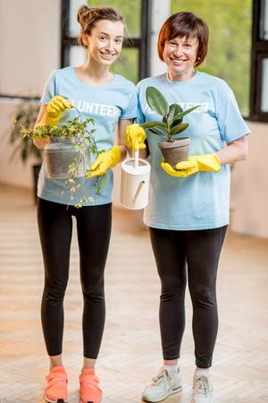 altruismo: Voluntarios cuidando plantas