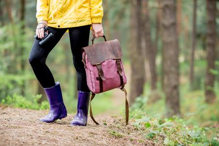 Vrouw wandelen in het bos Stockfoto
