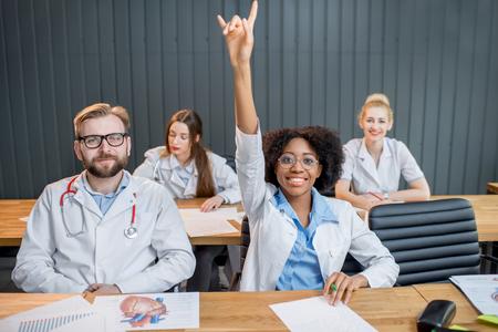 Groep medische studenten in het klaslokaal