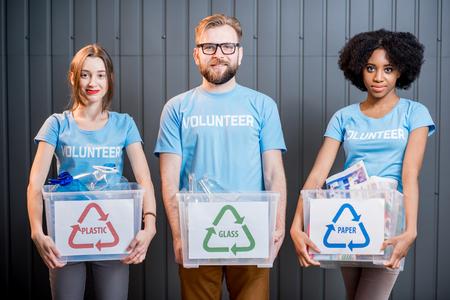 Volontaires à déchets triés Banque d'images - 78069508