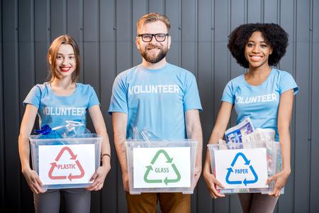 Volontaires à déchets triés Banque d'images - 78069509