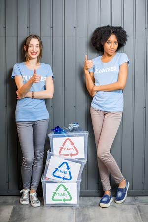 Volontaires à déchets triés Banque d'images - 78069510