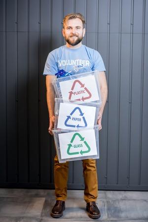 Bénévole avec des déchets triés Banque d'images - 77857981