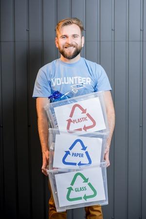 Bénévole avec des déchets triés Banque d'images - 78031890