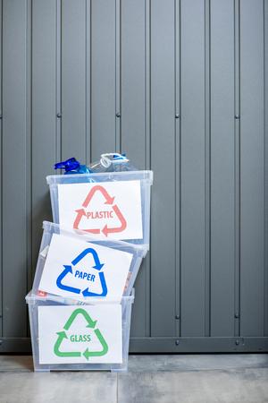 Conteneurs à déchets triés Banque d'images - 78069490
