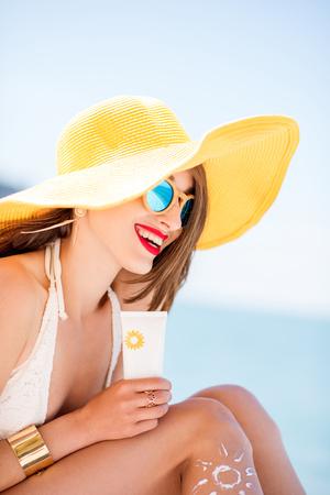 Vrouw die op het strand zonnebaadt Stockfoto
