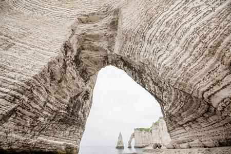 Vue de paysage sur le littoral rocheux d'Etretat Banque d'images - 80153648