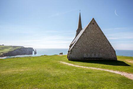 Vue de paysage sur la côte rocheuse à etretat Banque d'images - 80153657