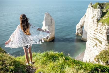 Jeune femme sur la côte rocheuse Banque d'images - 80279501