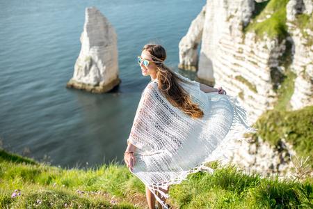 Mujer joven en la costa rocosa Foto de archivo - 80279502