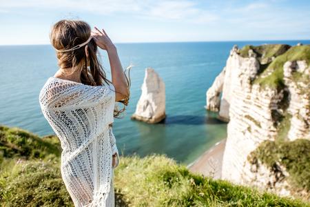 Jeune femme sur la côte rocheuse Banque d'images - 80271932