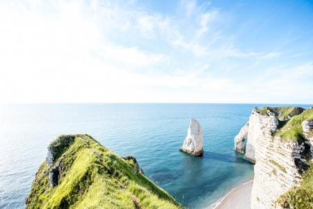 Etretat에서 바위 해안선에 조 경 전망 스톡 콘텐츠