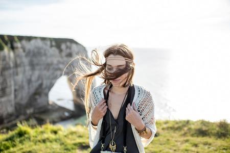 Jeune femme sur le littoral rocheux Banque d'images - 80271897