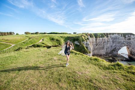 Femme sur le littoral rocheux Banque d'images - 80306228