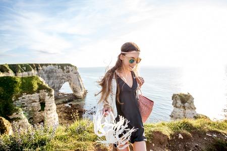 Jeune femme sur la côte rocheuse Banque d'images - 80325929