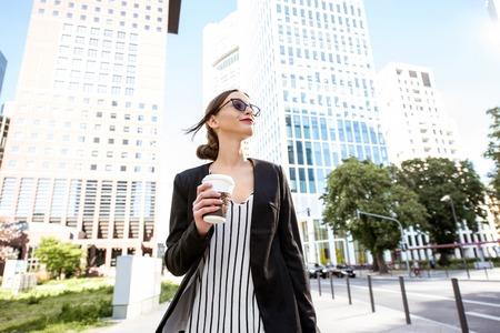 近代的な都市の屋外女性実業家 写真素材
