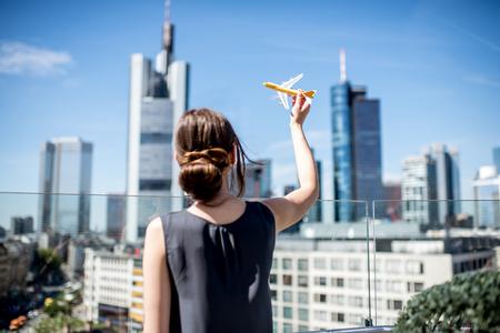 フランクフルトでのおもちゃの飛行機を持つ女性 写真素材