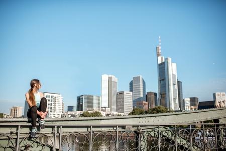 Frau, die in der Frankfurter Stadt trainiert