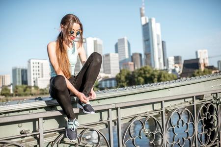 Vrouw uitoefenen in Frankfurt stad Stockfoto
