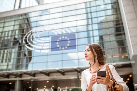 Businesswoman near the parliament building in Brussel Standard-Bild