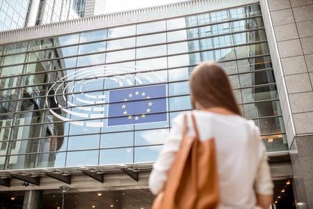 Onderneemster dichtbij het Parlementsgebouw in Brussel Stockfoto