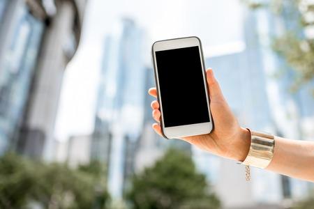Het houden van een telefoon op de Parlementsgebouw achtergrond