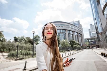 ブリュッセルで国会議事堂の近くの女性 写真素材 - 80971990