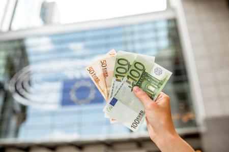 ユーロ紙幣を保持