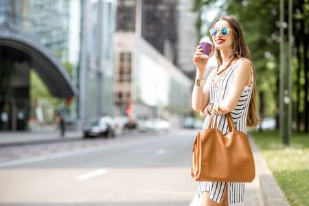Zakenvrouw met koffie in openlucht Stockfoto