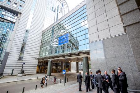 欧州議会の建物の近くの人々 報道画像