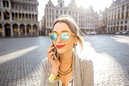 Vrouw met telefoon in het centrale vierkant van Brussel