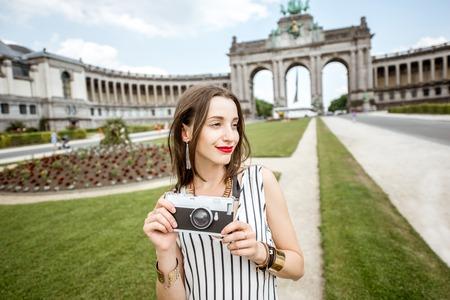 Femme voyageant à Bruxelles Banque d'images - 81281601