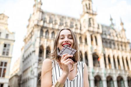 Vrouw met chocolade buitenshuis in Brussel