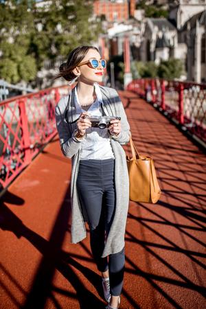 리옹에서 여행하는 여성 스톡 콘텐츠