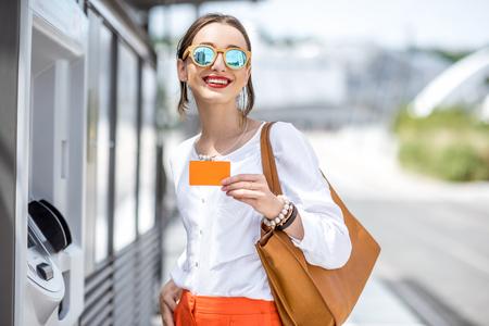 チケットを購入または ATM を使用して屋外の女性