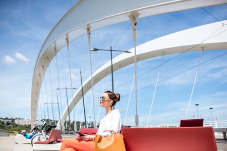 리옹에서 현대 다리에 여자