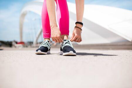 Vrouw in sportkleding buitenshuis op de moderne brug Stockfoto