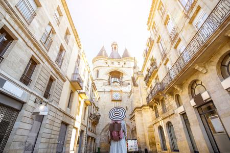 보르도 시내를 여행하는 여성 스톡 콘텐츠