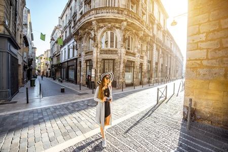 Donna che viaggia in città di Bordeaux