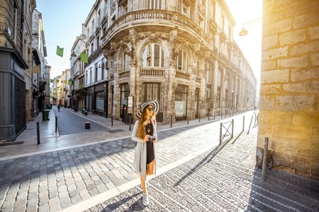 Mujer viajando en la ciudad de Burdeos