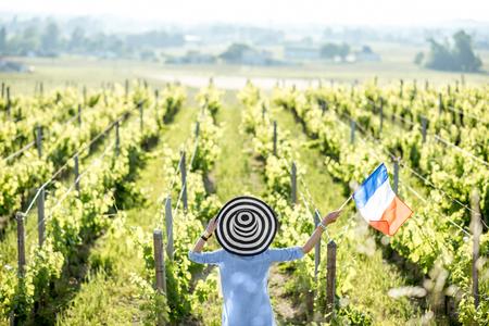 Vrouw die van de wijngaarden geniet