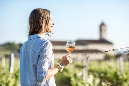 여자 야외에서 와인 시음