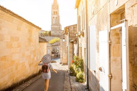 Saint Emilion 마을, 프랑스에서 tarveling 여자 스톡 콘텐츠