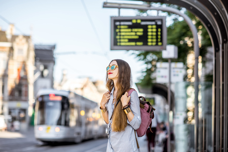 Vrouw op het tramstation