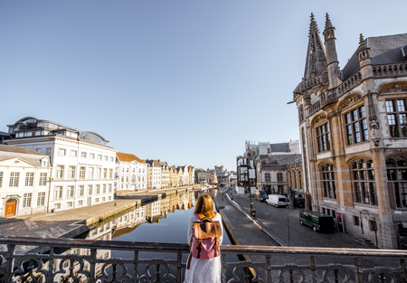 Woman traveling in Gent old town, Belgium 免版税图像 - 81689987