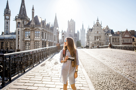 벨기에 겐트 구시가 여행하는 여성 스톡 콘텐츠