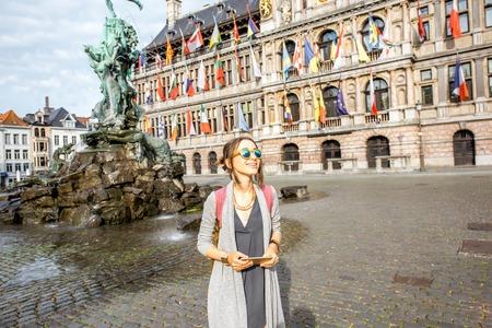 Vrouw reist in Antwerpen stad, België Stockfoto