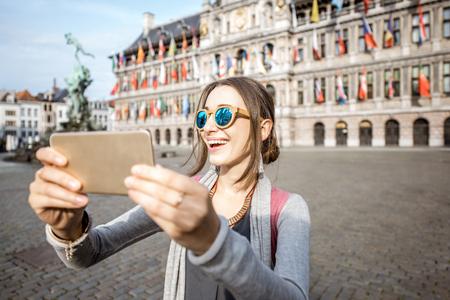 Vrouw reist in Antwerpen stad, België Stockfoto - 81690010