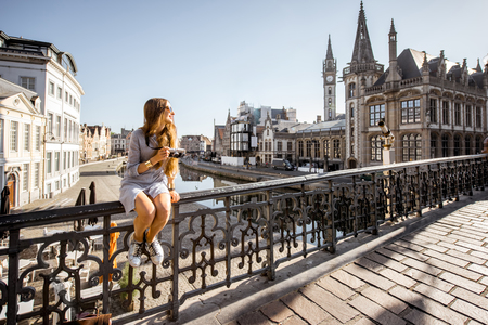Woman traveling in Gent old town, Belgium 免版税图像 - 81690031