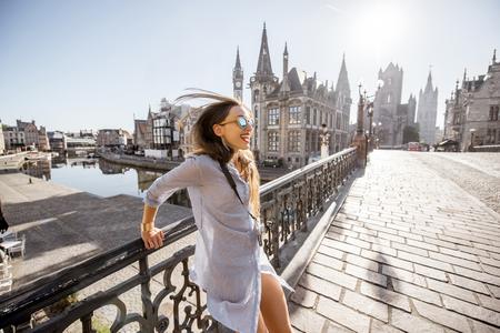 ベルギー ゲント古い町の旅の女性 写真素材